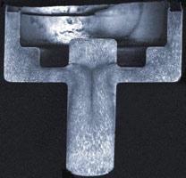 Рис. 13. Макроструктура поковки крышки амортизатора. В верхней части цилиндрического стержня можно наблюдать дефект (прострел)